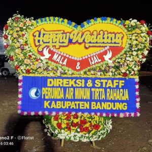Karangan bunga papan happy wedding bandung